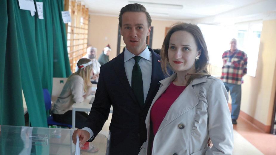 Krzysztof Bosak z żoną Kariną podczas niedzielnego głosowania