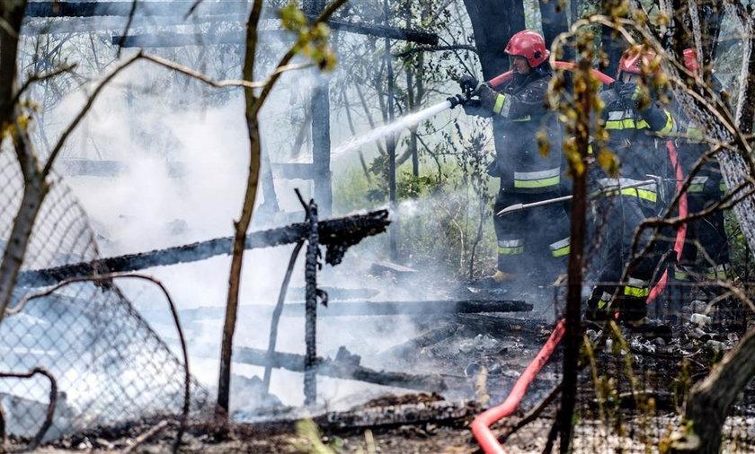 Podpalenie domu przy ulicy Kotarbińskiego w Łodzi. Strażacy: – To kolejny taki przypadek