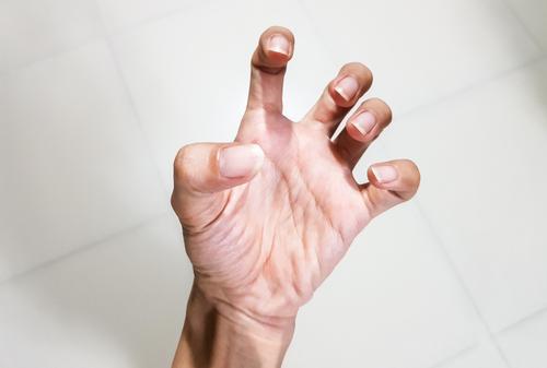 a kéz ujjának ízülete valóban fáj)