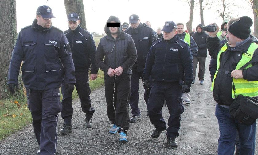 Maciej Sz. podczas wizji lokalnej w miejscu gdzie od strzału w głowę zginął Grzegorz G.
