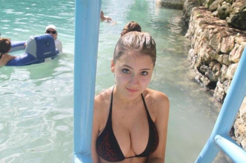Duże piersi na basenie
