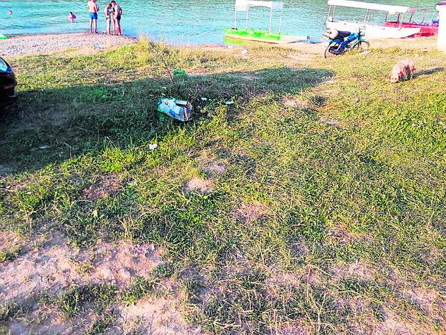 Raspuklo se smeće po livadama oko jezera. Buljarice su postale kao veliki kontejner