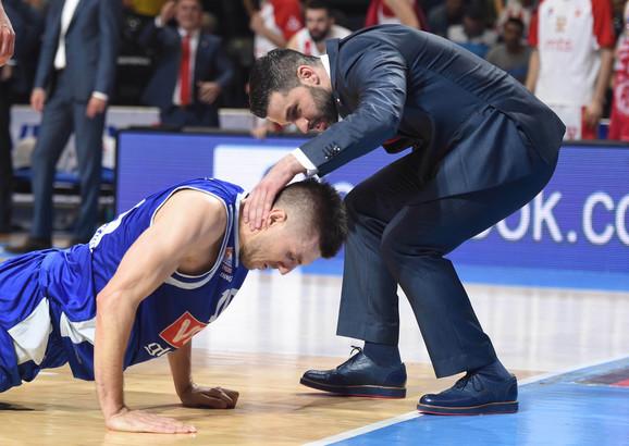 Gordić posle nezgodnog pada i Dušan Alimpijević koji mu je prvi pritrčao
