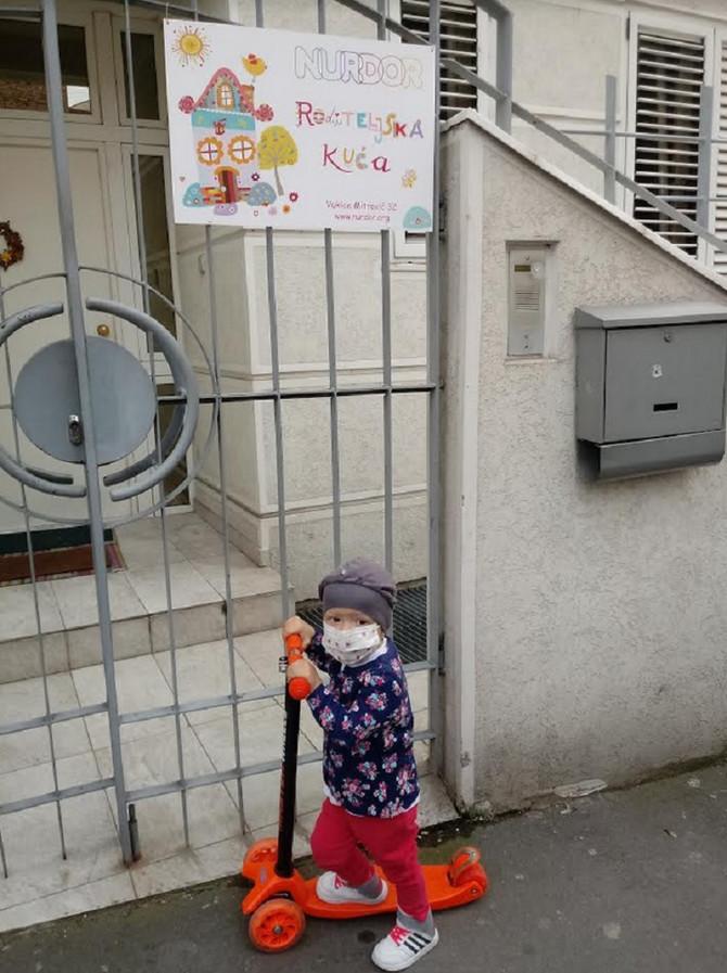 Danica ispred Roditeljske kuće
