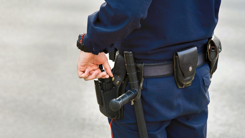 Policjant pałka policja
