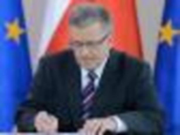 Bronisław Komorowski podpisuje ustawę o zbiórkach publicznych
