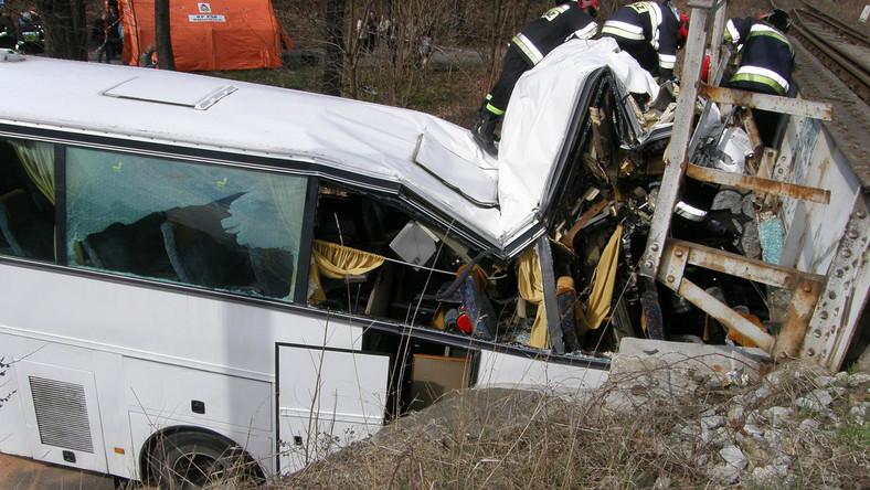 Wypadek autokaru w Świdnicy. 30 dzieci rannych
