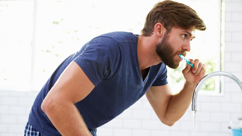 Dowiedz się, jakie błędy popełniasz podczas codziennej higieny jamy ustnej i jak je naprawić.