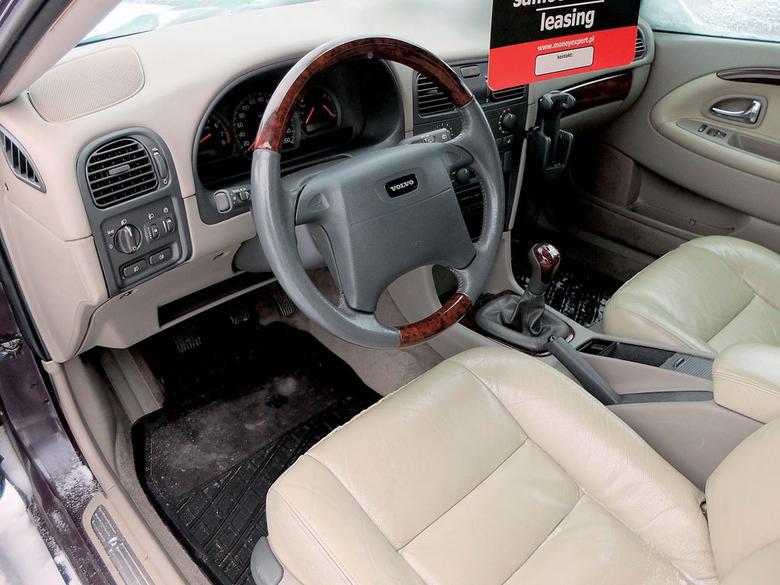 W kabinie zwróć uwagę na stan plastików, koła kierownicy, nakładek na pedały...