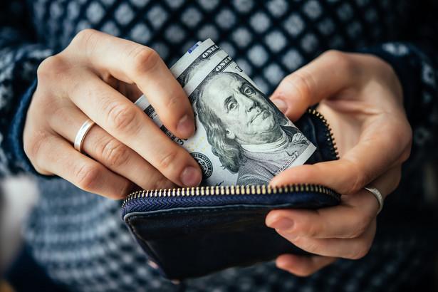 Za podwyższeniem federalnego minimum do 15 dol. na godzinę jest sześciu na 10 Amerykanów