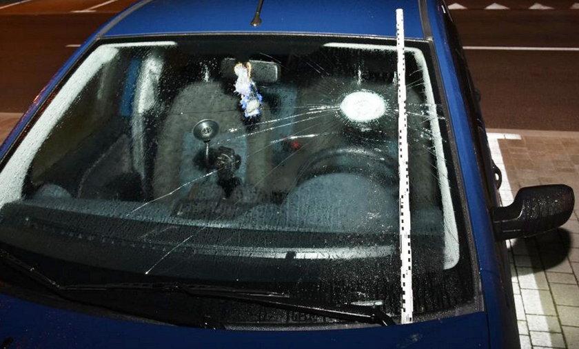 Wandal niszczył zaparkowane auta