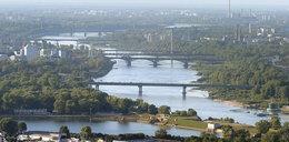Płonie barka przy moście Łazienkowskim.