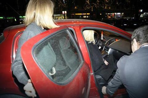 Ništa luksuz, ništa glamur! Poznata pevačica šokirala autom kojim je došla na nastup! FOTO