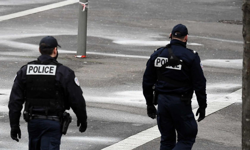 Paryż. Policjant w zastrzelił mężczyznę, który zaatakował go nożem