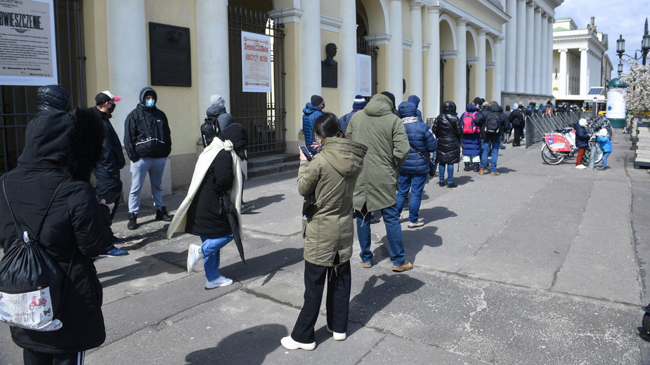 Kolejka do mobilnego punktu szczepień 3 maja na pl. Bankowym w Warszawie