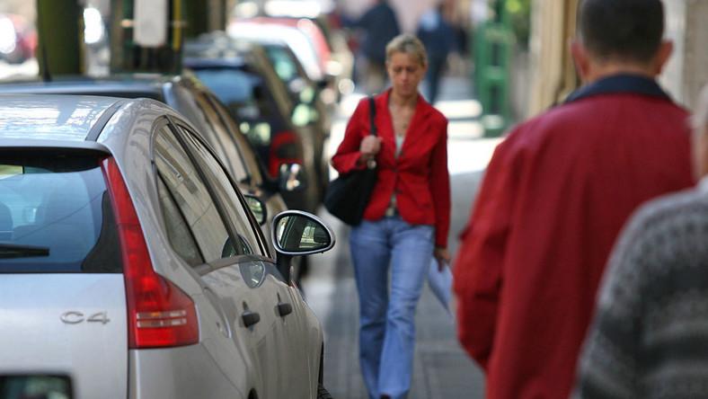 Zmiana przepisów w sprawie parkowania na chodnikach