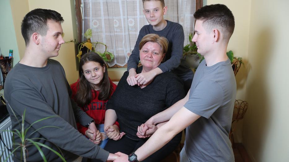 Zalán (balra), Csepke, a nagynéni, Andrea, Zétény és Csanád együtt összetartó egységet alkotnak/ Fotó: Varga Imre