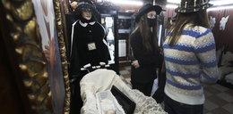 Skarby Muzeum Światowej Kultury Pogrzebowej. Suknie żałobne, karawany i tysiące zdjęć
