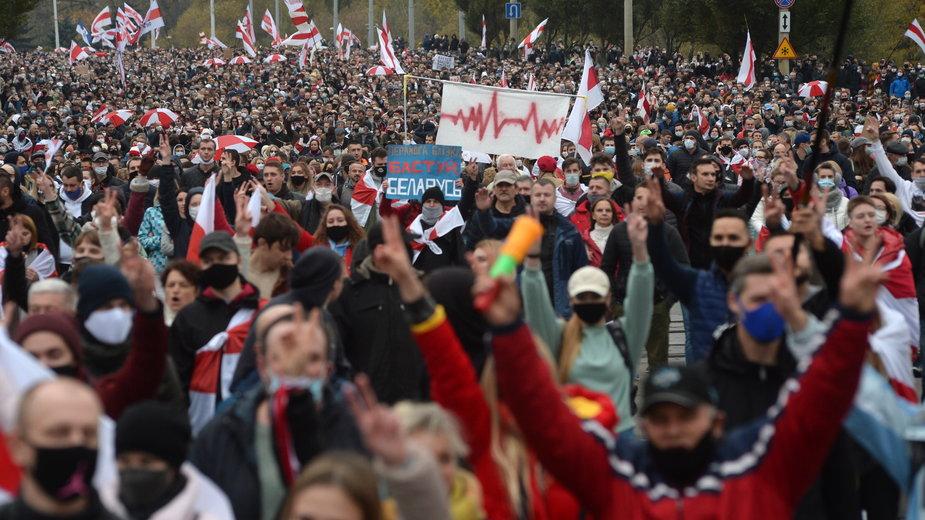 Białoruś protestuje nieprzerwanie do wyborów prezydenckich. Na zdjęciu protest w Mińsku, 25.10.2020 r.