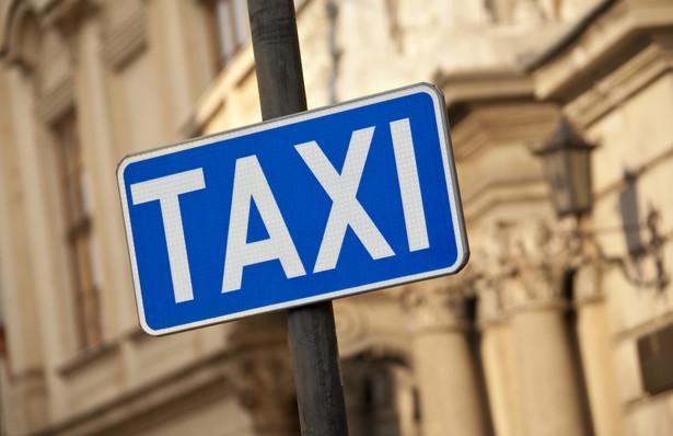 """W poniedziałek od rana trwał w Warszawie protest taksówkarzy pod hasłem """"STOP nielegalnym przewozom"""". Protestujący rozpoczęli manifestację przed halą Torwar, skąd przeszli pod KPRM, a potem pod Ambasadę USA i MPiT. Rano utrudniony był ruch na drogach dojazdowych do stolicy."""