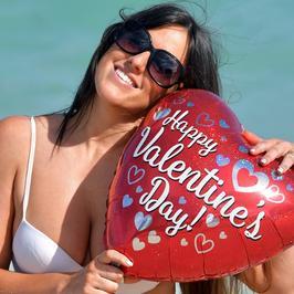 Claudia Romani pręży się w bikini na plaży