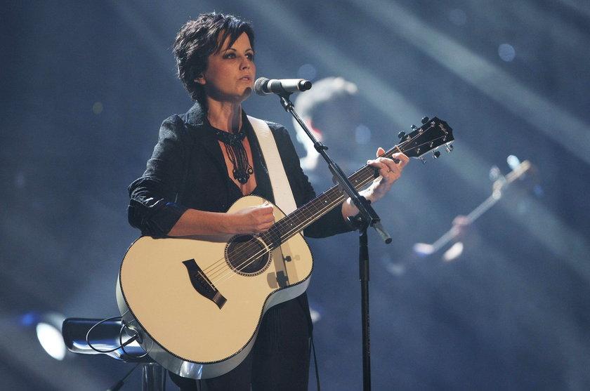 Dolores O'Riordan z gitarą w lipcu 2011 roku
