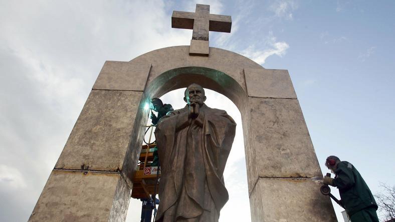 Pomnia św. Jana Pawła II w Ploermel.