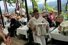 Ovaj Putinov poklon izazvao je NAJVIŠE BURE među svatovima na svadbi austrijske ministarke (VIDEO)
