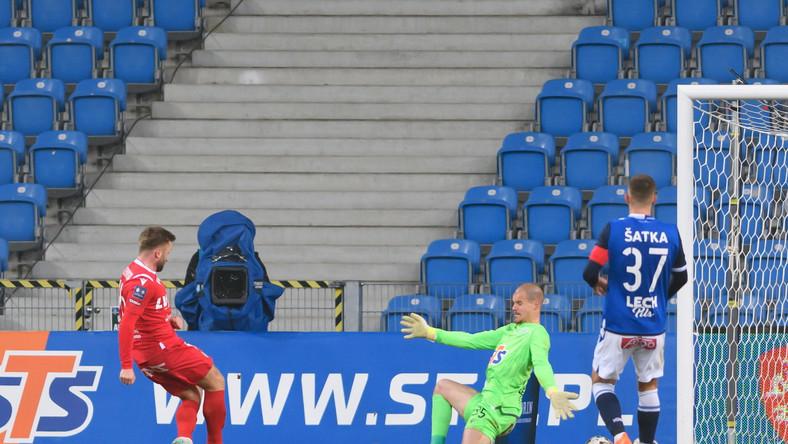 Zawodnik Wisły Kraków Jakub Błaszczykowski (L) strzela bramkę Filipowi Bednarkowi (2P) z Lecha Poznań podczas meczu 14. kolejki piłkarskiej Ekstraklasy