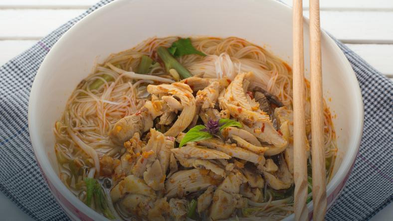 Tajska Zupa Z Kurczakiem I Makaronem Ryżowym
