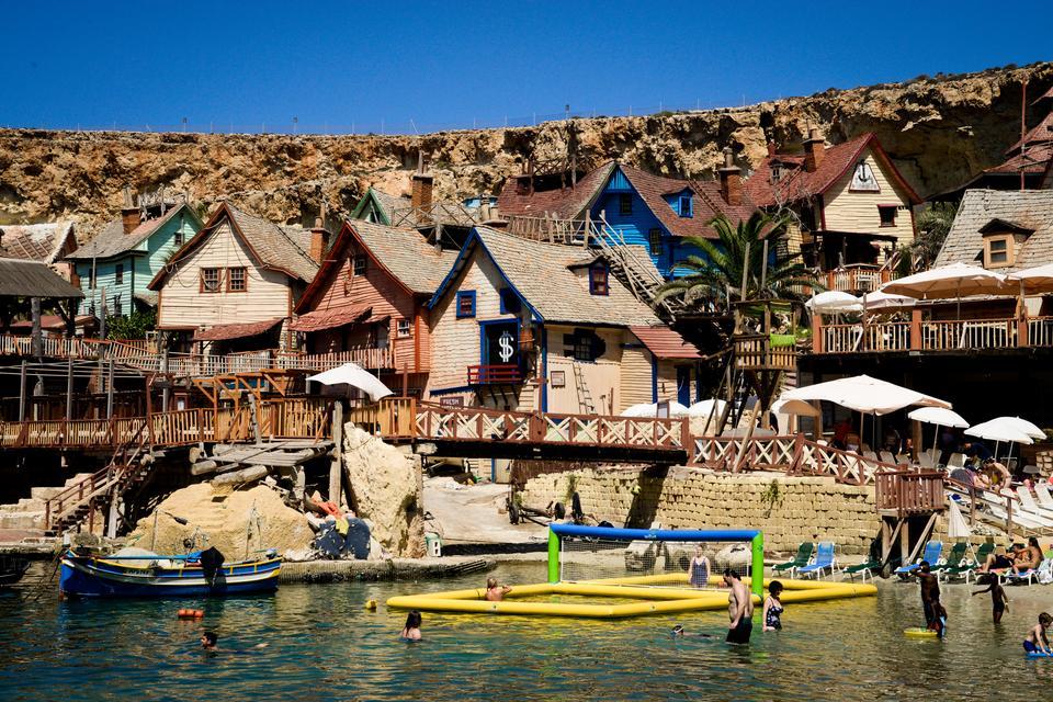 """Wioska Popeya – jedna z głównych atrakcji turystycznych, bajkowa wioska, która została zbudowana na potrzeby nakręcenia filmu """"Popey"""", scenografię zostawiono i utworzono tutaj rodzinny park rozrywki."""