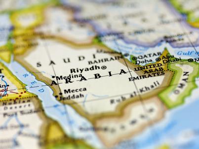 """Arabia Saudyjska opowiada się za przedłużeniem porozumienia. Przygotowuje się także na możliwość """"wyjścia"""" z dotychczasowych ustaleń"""