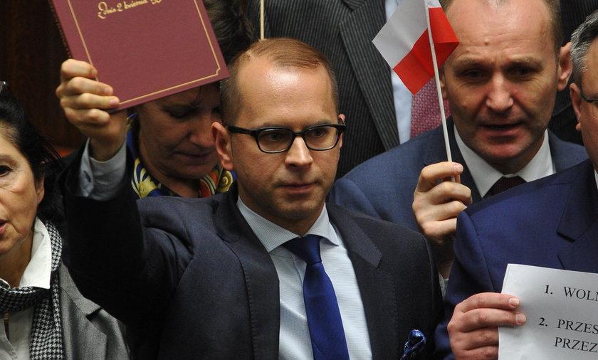 Ostateczne decyzje w sprawie działań PO na środowym posiedzeniu Sejmu zapadną w środę przed południem, kiedy zbierze się najpierw zarząd partii, a później klub parlamentarny Platformy