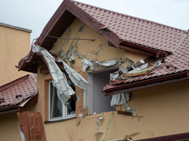 Dach jednego z domów uszkodzony po nocnej nawałnicy w Kraczkowej w powiecie łańcuckim. Fot. PAP/Darek Delmanowicz