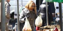 Żona Tuska zrobiła przedświąteczne zakupy na bazarze. Nieźle się nadźwigała