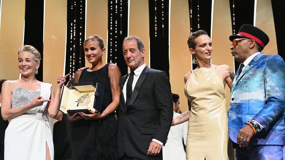 Sharon Stone, Julia Ducournau, Vincent Lindon, Agathe Rousselle i Spike Lee podczas gali wręczenia nagród podczas festiwalu w Cannes