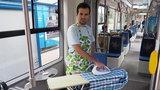 Wyprasowali koszulę w...tramwaju