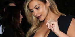 Głęboki dekolt Kardashian na premierze
