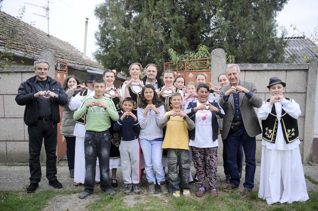 """I članovi KUD """"Dr Tihomir Ostojić"""" radovali su se sreći svojih komšija"""