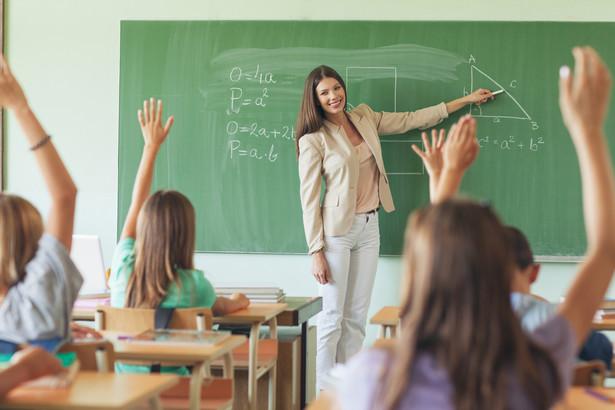 Projekt zawiera też przepisy doprecyzowujące dotyczące kształcenia uczniów przybywających z zagranicy, a także zasad udzielania i rozliczania dotacji wypłacanych z budżetu samorządu przedszkolom, szkołom i innym placówkom oświatowym.