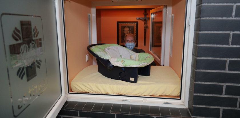 Wyrzucili dziecko do śmietnika kilkaset metrów od okna życia. Trudno się pogodzić z taką tragedią