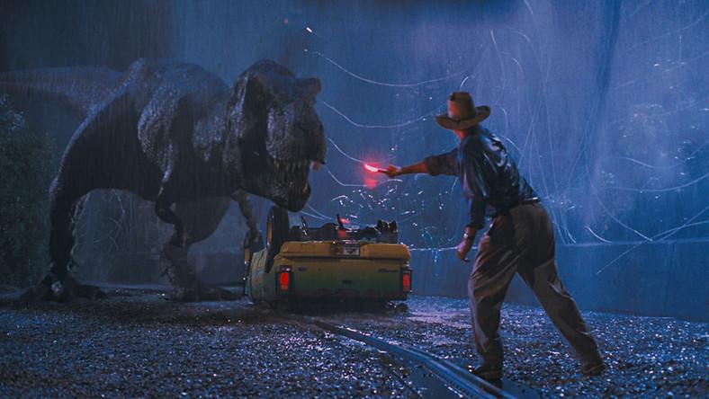 """Ambicją ekscentrycznego lorda Perwarda, właściciela kolekcji wiekowych skamielin, jest ponowne zasiedlenie świata dinozaurami. Jest bliski realizacji celu, udało mu się bowiem zrekonstruować ich DNA. Nie jest to skrót zaginionej wersji pierwotnego scenariusza """"Parku Jurajskiego"""", lecz wyimek z całkiem porządnej, choć drugoligowej powieści grozy autorstwa Harry'ego Adama Knighta w pewnym sensie antycypującej sukces flagowej książki Michaela Crichtona, a potem filmu Stevena Spielberga"""