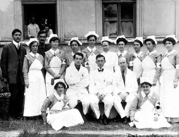 Deo osoblja valjevske ratne bolnice iz 1915. godine