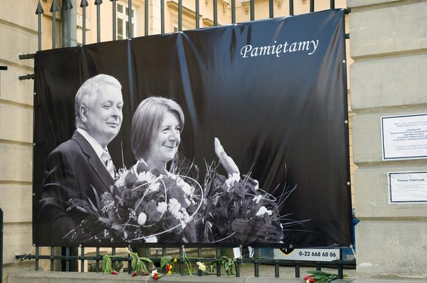 W 6. rocznicę katastrofy smoleńskiej na dziedzińcu została odsłonięta tablica ku pamięci Lecha Kaczyńskiego umieszczona na głazieK.Jakubowska / Shutterstock.com