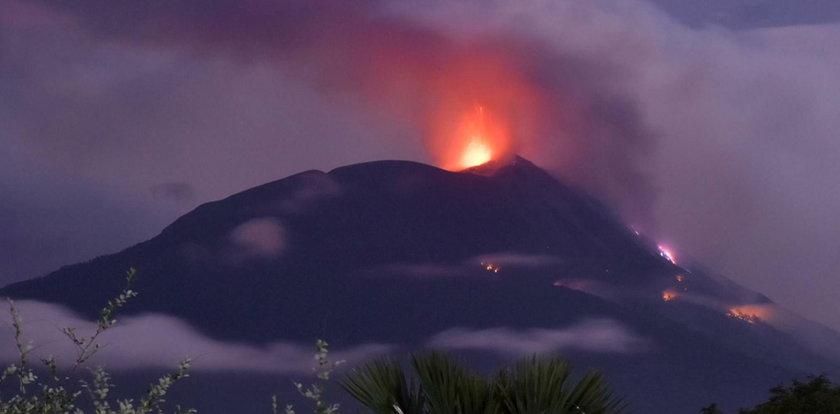 Erupcja wulkanu w Indonezji. Wśród mieszkańców wybuchła panika. WIDEO
