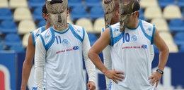 Co za trener! Kazał grać piłkarzom w maskach psów! WIDEO