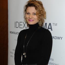 Anna Głogowska w dziwnej fryzurze na imprezie