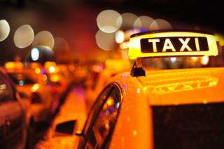 Pasażer się zagapił, odpowiada taksówkarz