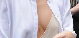 Miranda Kerr świeci biustem na ulicach Paryża