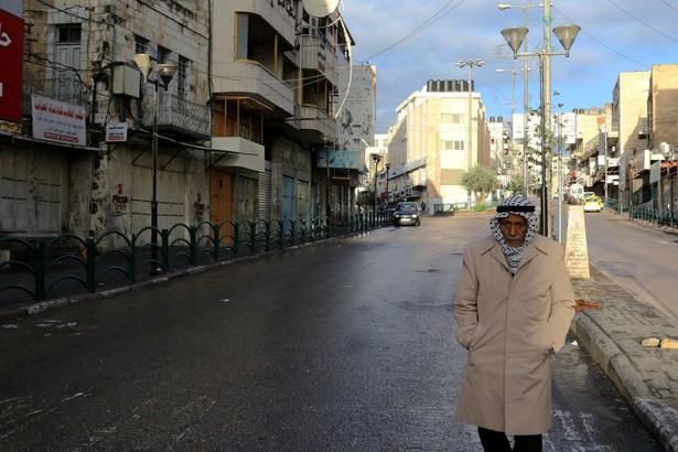 Palestyńczyk spaceruje ulicą Hebronu